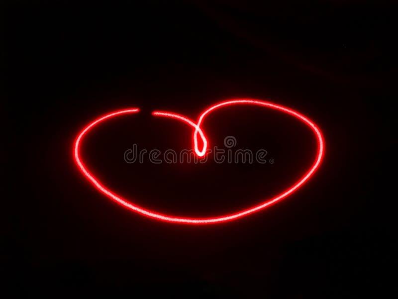 黑色背景上红色激光照绘心形 库存照片