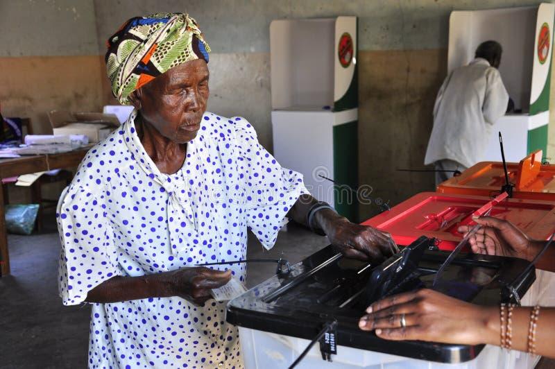 黑色铸件她的投票站表决妇女 免版税库存图片
