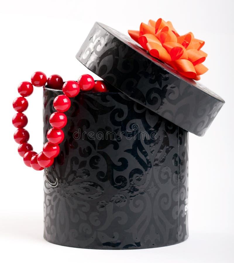黑色附加的弓配件箱橙色丝带缎 免版税库存照片
