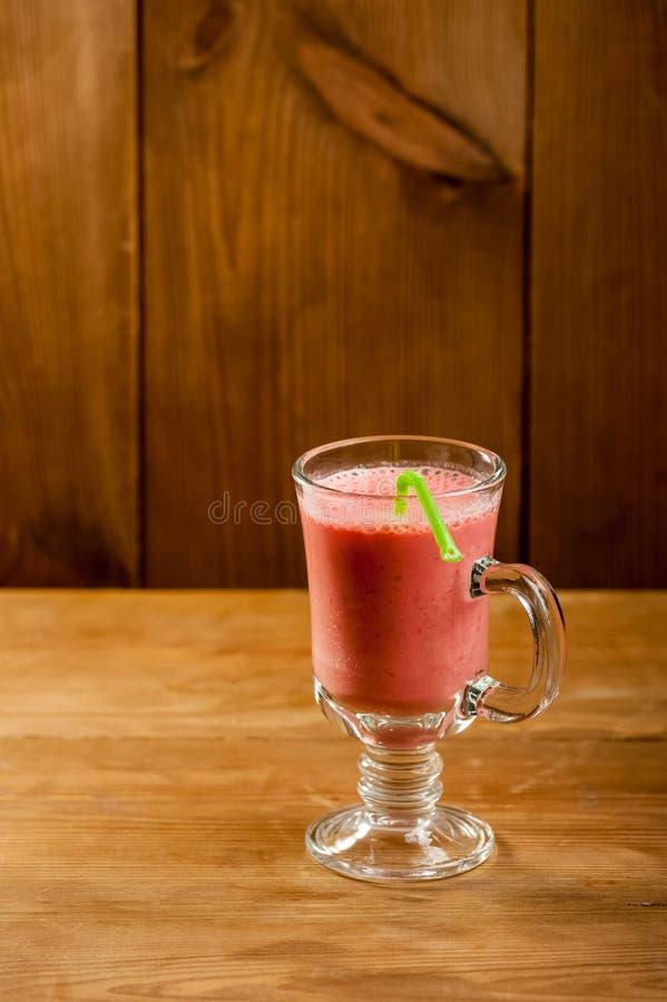 黑色鸡尾酒查出的草莓 免版税图库摄影