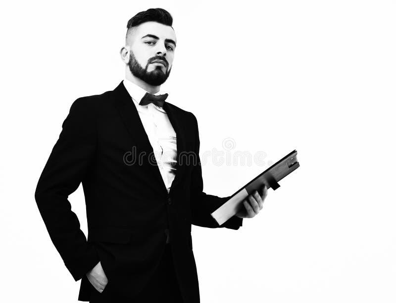 黑衣服和红色弓的经理拿着夹子文件夹 免版税库存图片