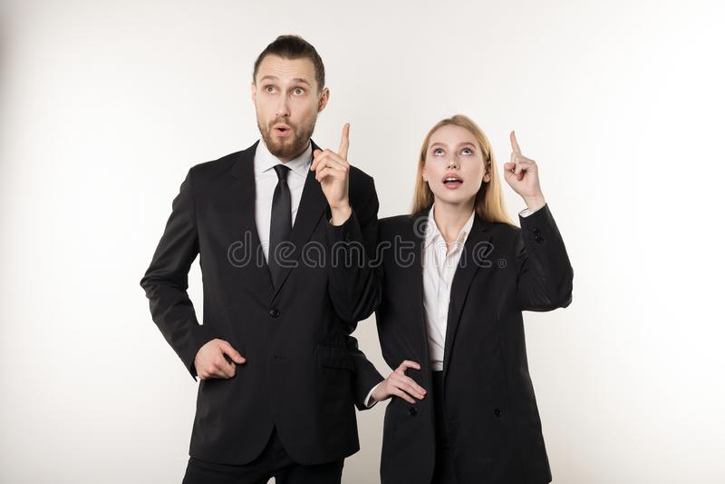 黑衣服的两个可爱的商务伙伴产生了想法如何改进他们的事务 库存照片