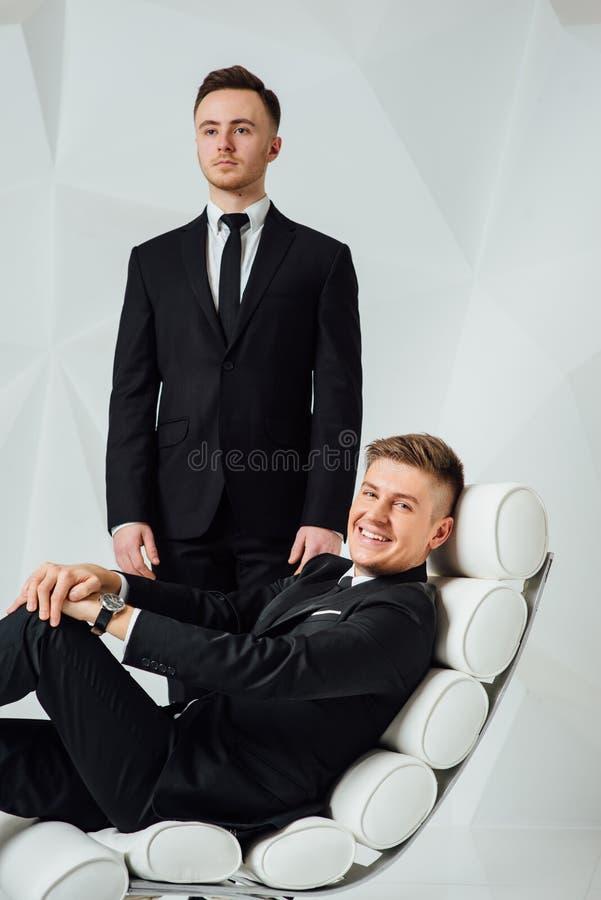 黑衣服的两个年轻成功的人 免版税库存照片