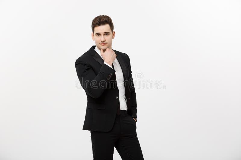 黑衣服的作梦年轻英俊的看拷贝空间的人和玻璃微笑,认为或者被隔绝在白色 库存图片