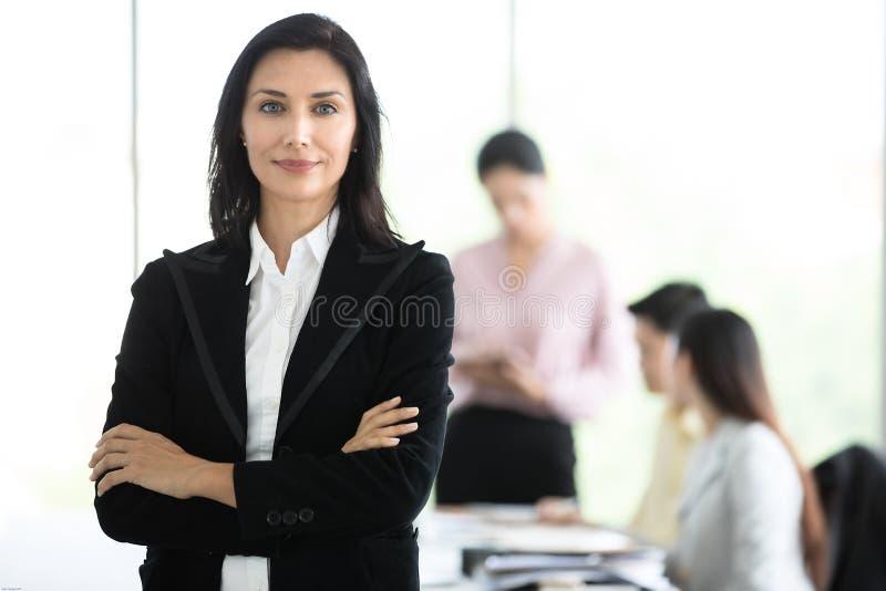 黑衣服身分的优美的女商人与尊严的方式在办公室 库存图片