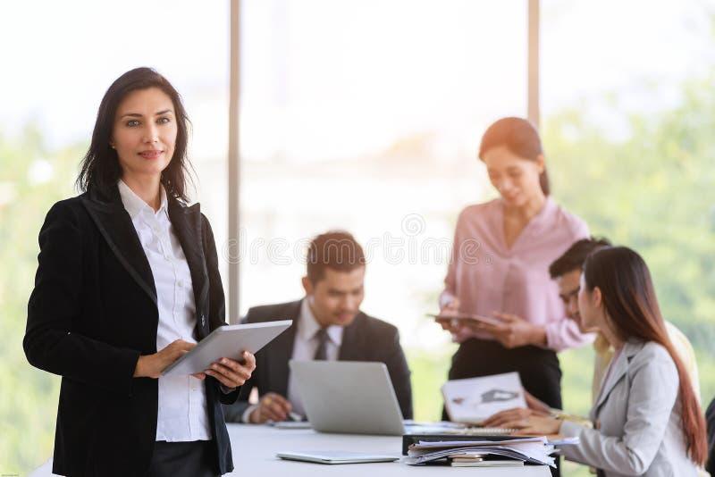 黑衣服身分的优美的女商人与尊严的方式在办公室 免版税库存照片