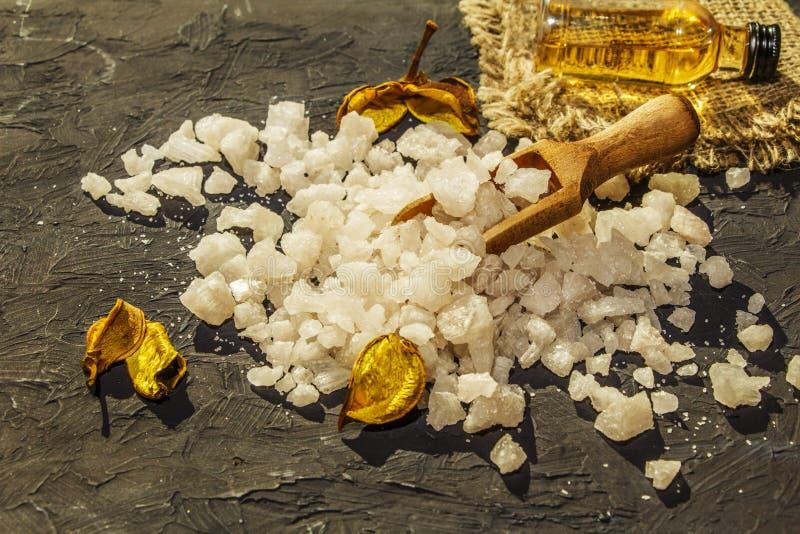 黑装饰古色古香的木表面上的海盐 背景温泉 手段的概念 浴的盐海 海盐fo 免版税库存照片