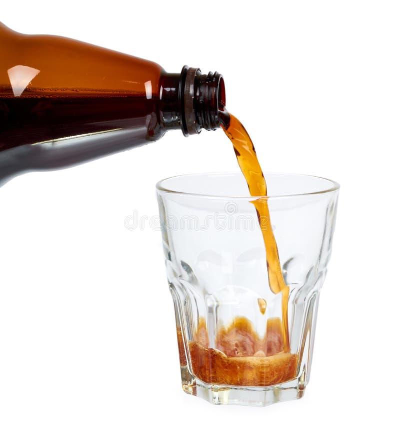黑褐色塑料瓶啤酒或俄国啤酒与在白色背景隔绝的玻璃杯子 图库摄影