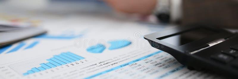 黑计算器和财政统计对剪贴板 库存照片