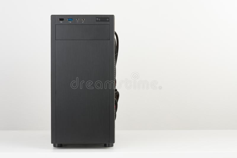 黑计算机盒,微ATX主板的密地塔在whi 库存图片