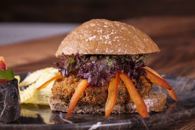 黑豆汉堡用油炸物,沙拉 免版税库存照片
