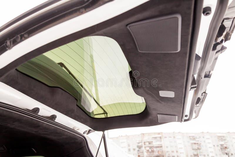 黑软的物质alkantara拉扯的SUV汽车的树干内部在调整的车间 库存照片