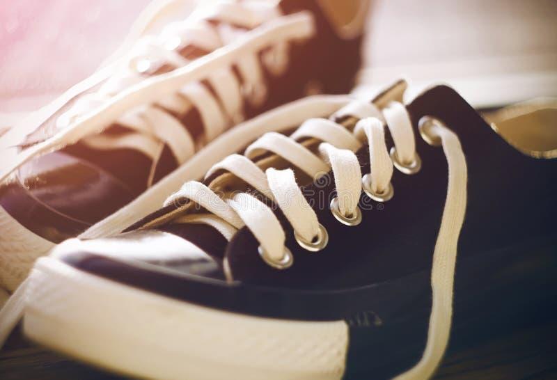 黑运动鞋在走廊在 免版税库存图片