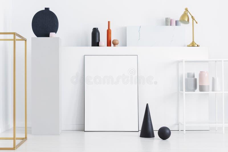黑锥体和球在美术画廊显示与大模型 免版税库存照片