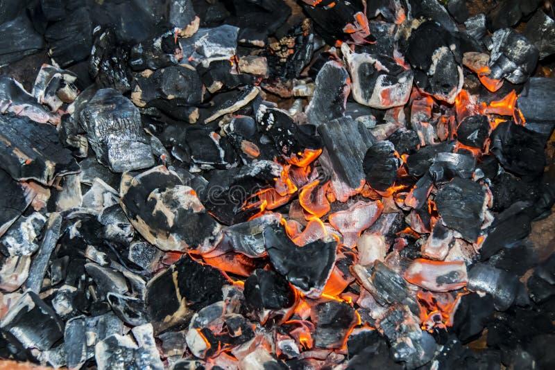 黑闷燃的煤炭火篝火纹理背景 免版税图库摄影