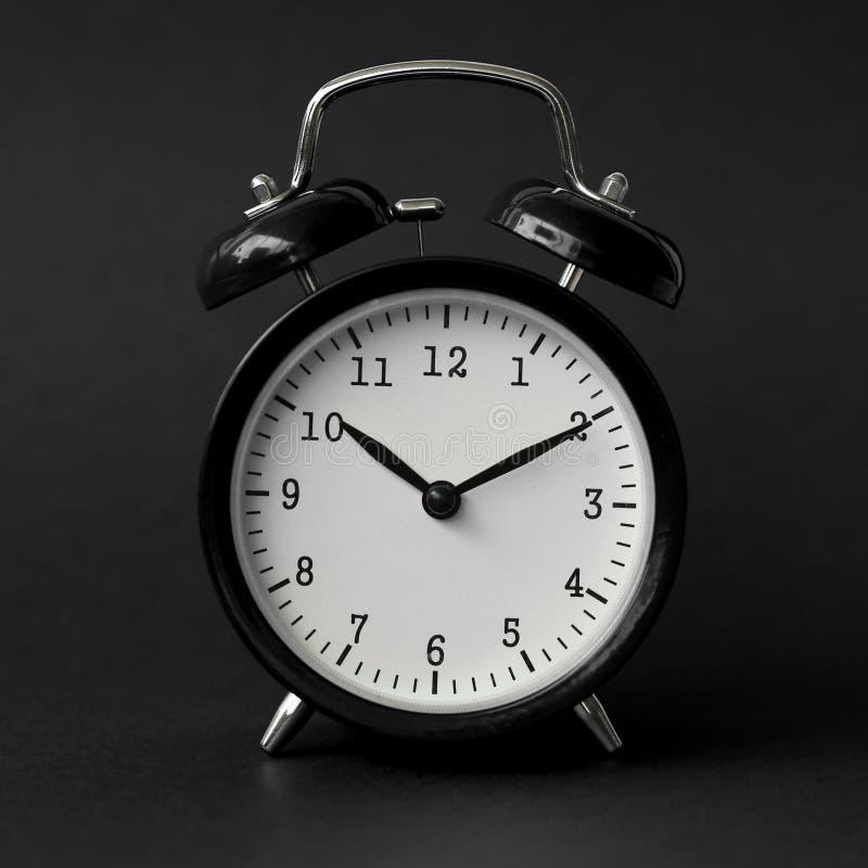 黑闹钟展示现代10个小时的葡萄酒 库存照片