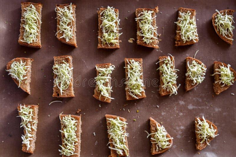 黑面包油煎方型小面包片,乳酪用香料 免版税库存图片
