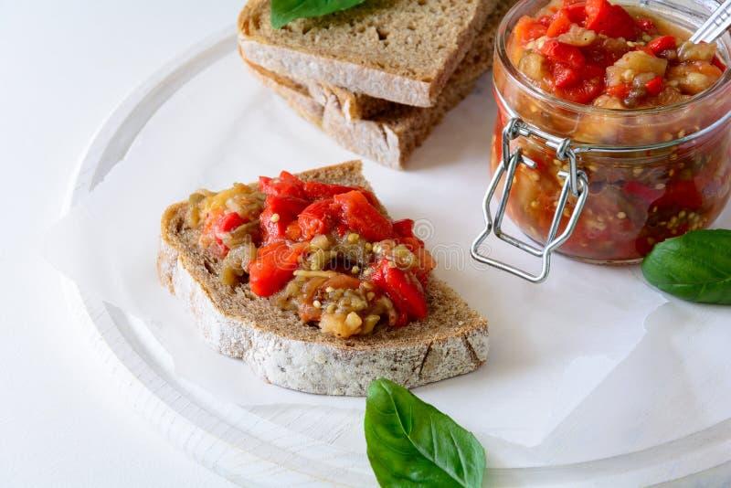 黑麦面包多士和玻璃瓶子用茄子鱼子酱 菜开胃菜或开胃小菜 库存照片