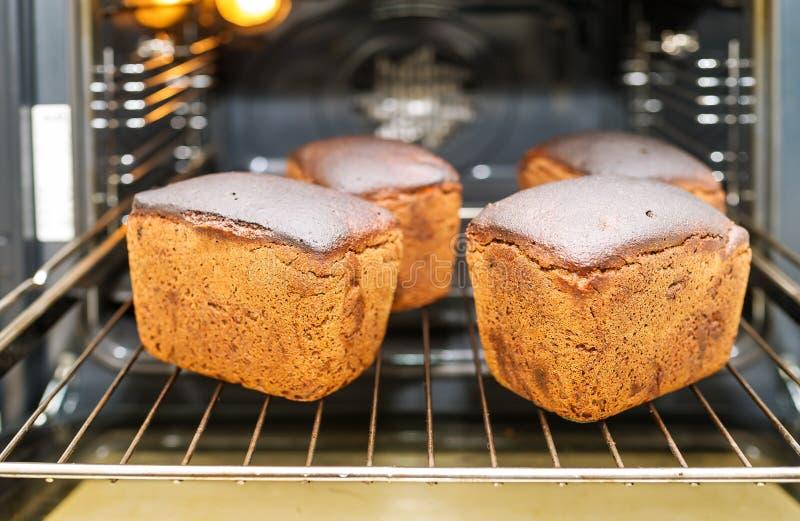 黑麦面包烘烤 在面包店的生产烤箱 库存照片