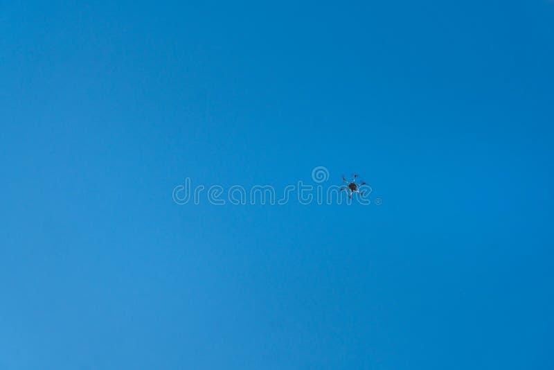 黑hexacopter octocopter在天空飞行 免版税库存图片