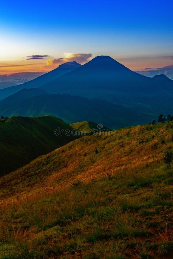 默拉皮火山和Merbabu在背景中 免版税库存照片