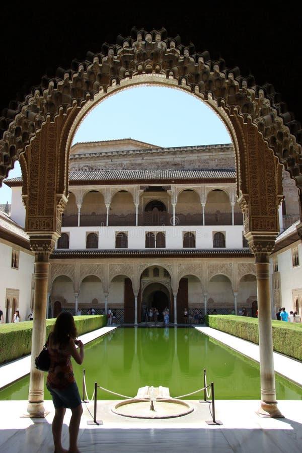 默特尔庭院在阿尔罕布拉的科马雷斯的宫殿在格拉纳达 免版税库存图片