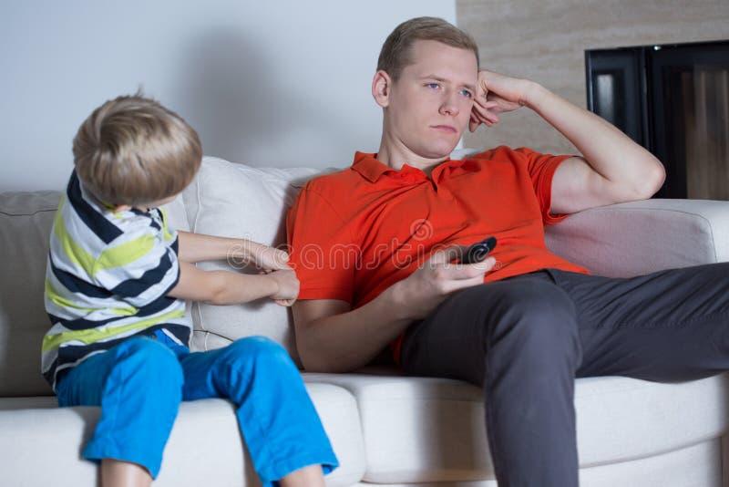 鼓励为乐趣的儿子 免版税库存图片