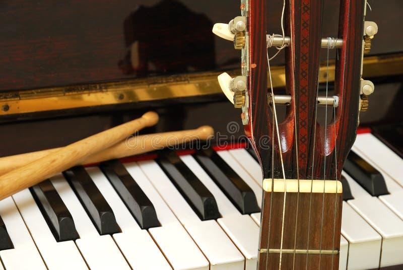鼓吉他关键董事会钢琴棍子 图库摄影