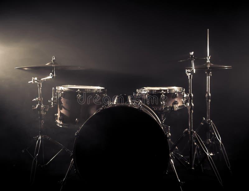 鼓在阶段设置了在黑暗的背景 音乐会打鼓在阶段的成套工具 库存照片
