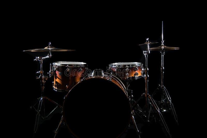 鼓在阶段设置了在黑暗的背景 音乐会打鼓在阶段的成套工具 免版税库存图片