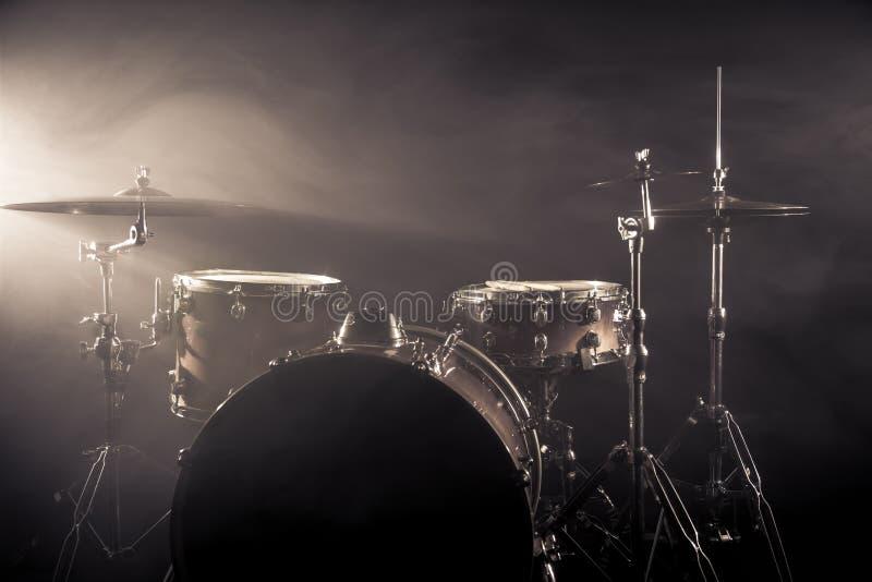 鼓在阶段设置了在黑暗的背景 音乐会打鼓在阶段的成套工具 图库摄影