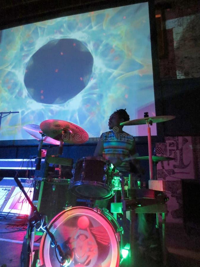 鼓手在鼓的杰罗姆・詹姆斯果酱有在头顶上似真录影展示的 免版税图库摄影