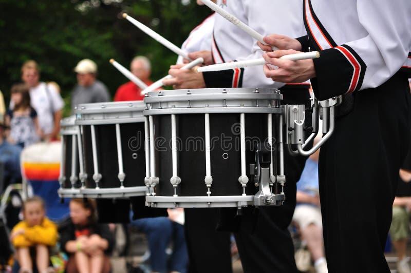 鼓手演奏圈套的鼓游行 免版税库存照片