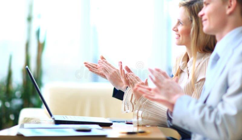 鼓掌商务伙伴的手 免版税库存照片