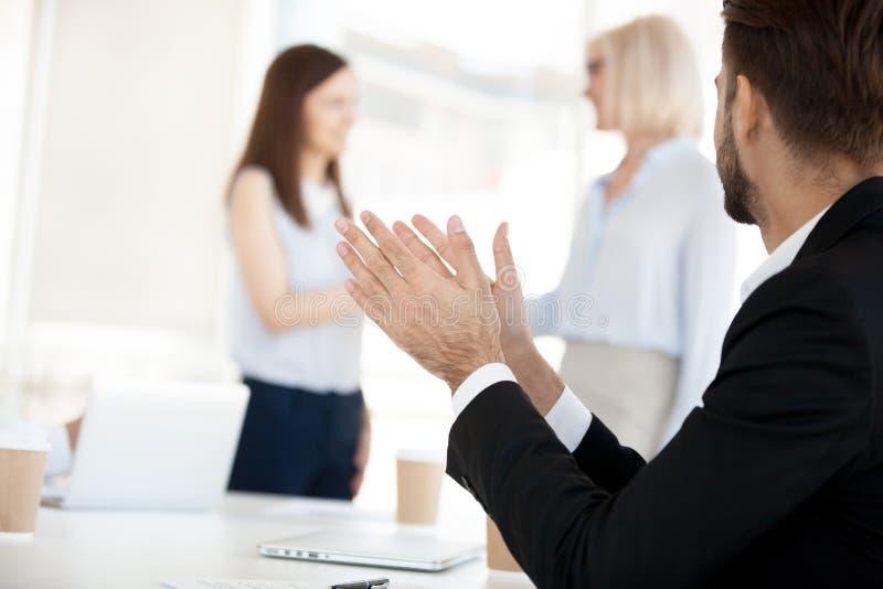 鼓掌在公司会议上的商人,祝贺同事 免版税库存照片