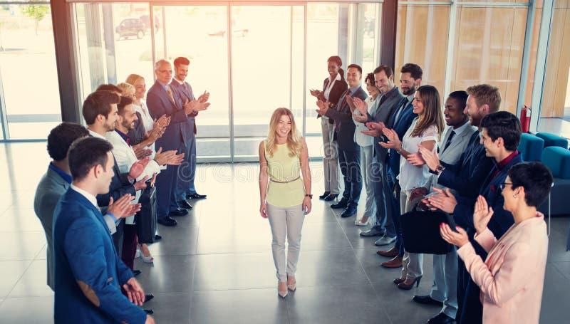 鼓掌愉快的微笑的商务伙伴 免版税库存照片