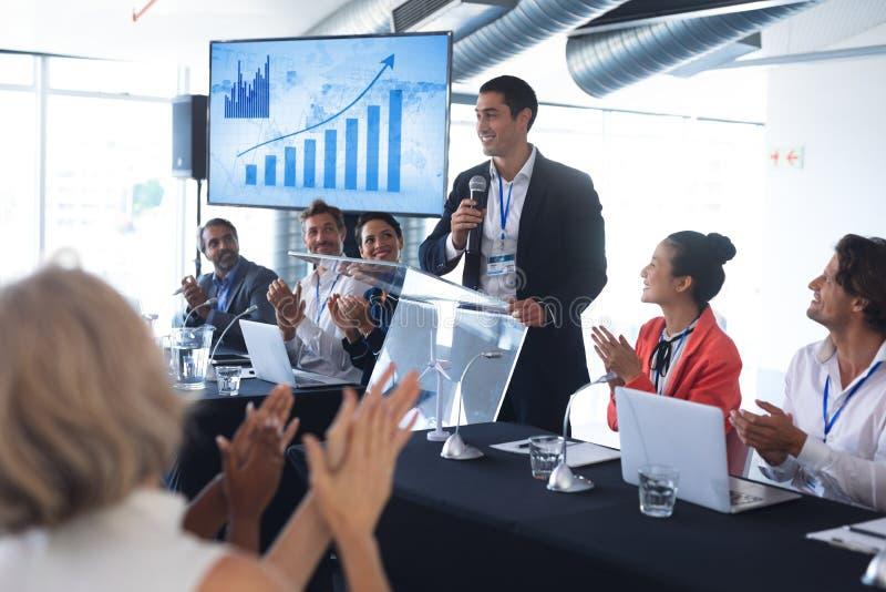 鼓掌的观众,当演讲人在企业研讨会时讲话 库存图片