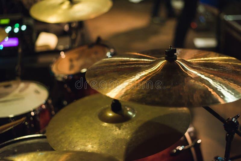 鼓被设置在摇滚乐音乐会 鼓音乐板材和音乐鼓 免版税库存照片