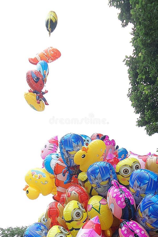 鼓起在风的五颜六色的气球 免版税图库摄影