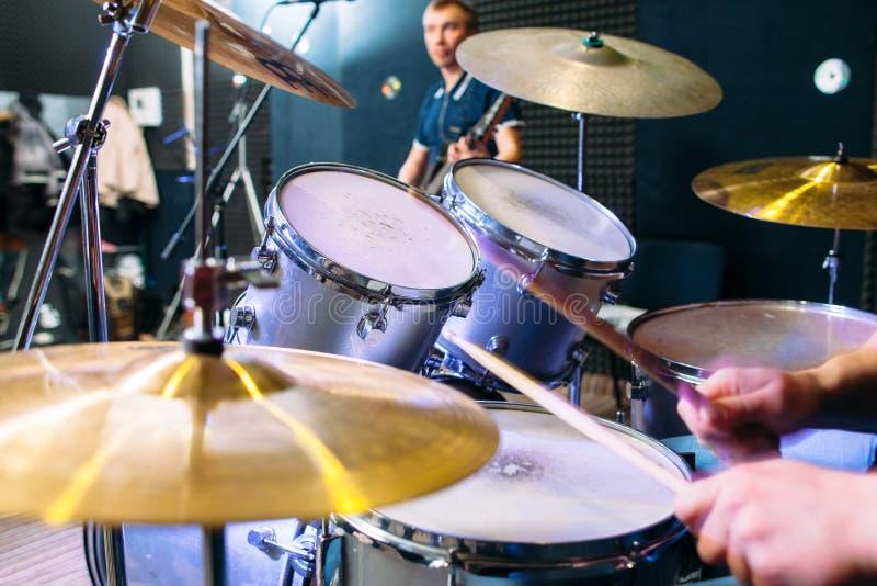 鼓集合和演奏鼓手特写镜头 库存照片