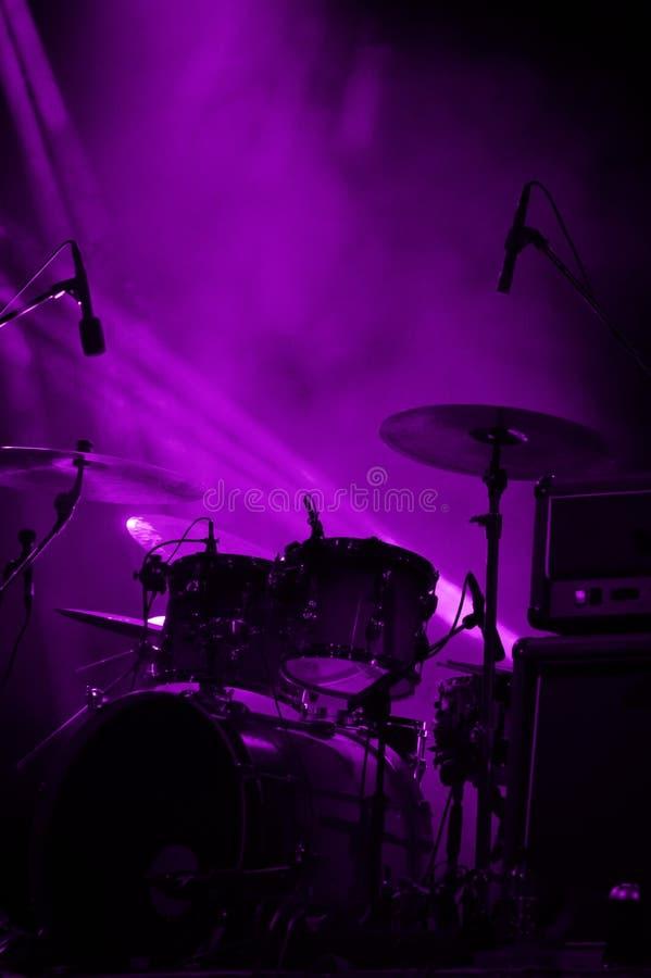 鼓 活音乐会和阶段光 库存图片