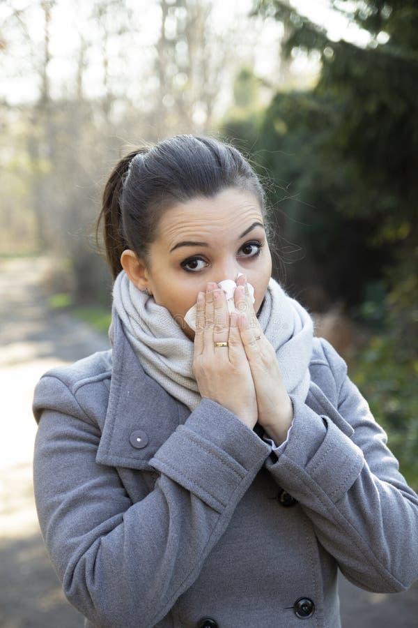 鼻子流动的妇女 免版税库存图片