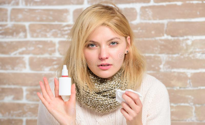 鼻孔喷射鼻涕补救 女孩患者举行鼻下落和组织 过敏概念 家庭处理 鼻 免版税图库摄影