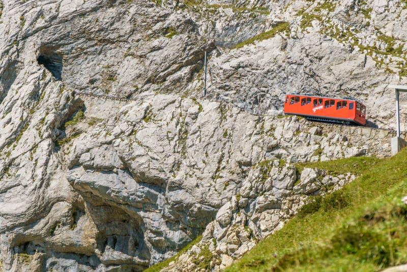齿轨铁路和上升在Pilatus山,琉森,瑞士的火车 图库摄影
