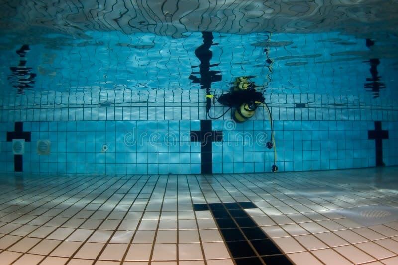 齿轮水下池的水肺 库存照片