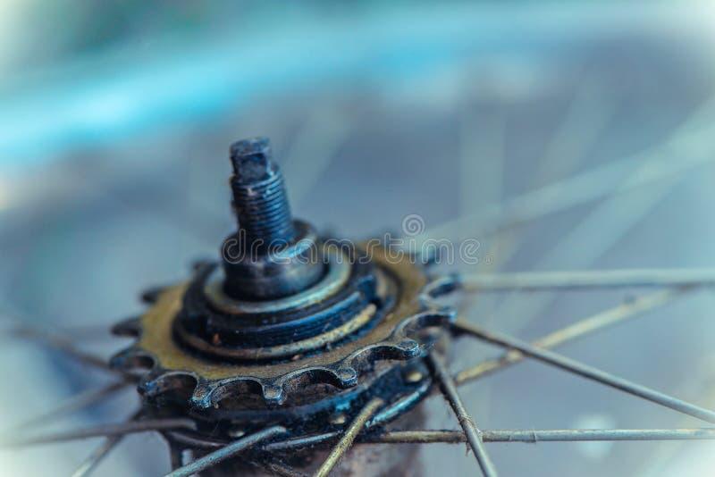 齿轮特写镜头细节从老自行车车轮的 免版税库存图片