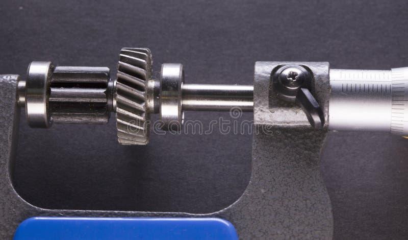 齿轮,由数字式测微表的细节的测量参量 免版税库存图片
