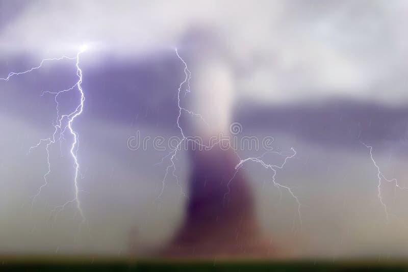 龙卷风和雨的模糊的照片 皇族释放例证