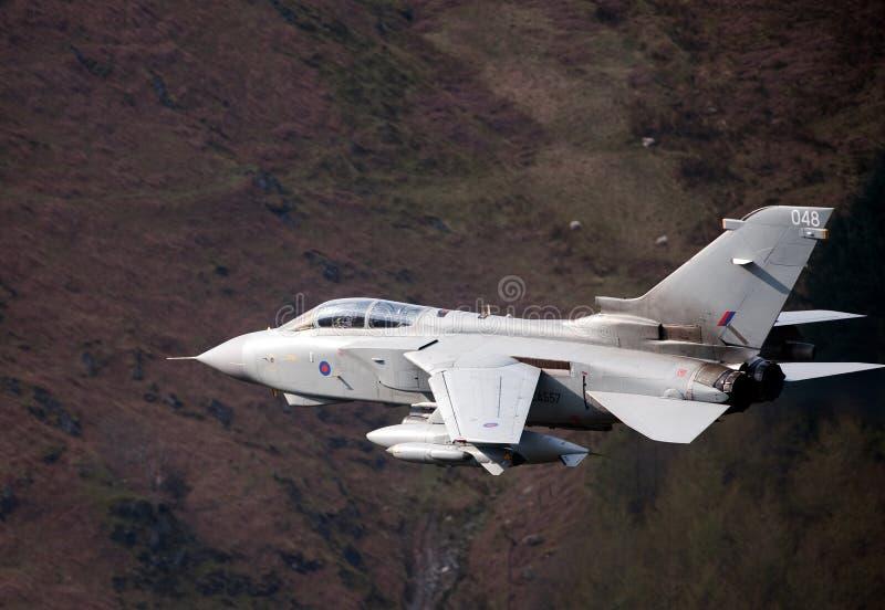龙卷风GR4/GR4A欠平实飞行威尔士 库存照片
