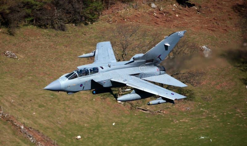龙卷风GR4/GR4A欠平实飞行威尔士 库存图片